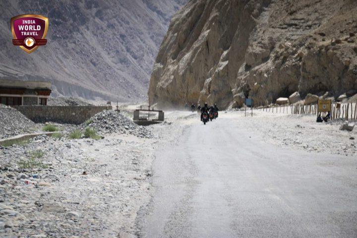 Passage par des lacs aux couleurs enchanteresses lors de votre Raid moto en Himalaya